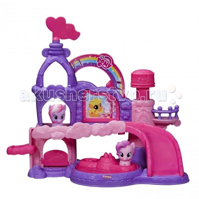My Little Pony Hasbro Playskool friends Праздничный замок музыкальныйHasbro Playskool friends Праздничный замок музыкальныйИгровой набор Музыкальный замок пони My Little Pony из линейки для малышей Playskool от Hasbro - это просто находка для самых маленьких любительниц пони из известного мультсериала Дружба - это чудо!.   Фигурки лошадок, входящие в комплект, имеют небольшой размер и довольно простую форму, без сложных миниатюрных элементов. Таким образом, они просто идеально подходят под маленькие ручки детишек, с фигурками очень комфортно играть.  Что касается самого замка, то в нем также есть все необходимое именно для деток младшего возраста. Игровой набор Музыкальный замок Май Литл Пони от Плейскул имеет световые и звуковые эффекты, оборудован горкой и лифтом, на которых будут весело кататься забавные и милые пони. Кроме того, посередине внизу есть крутящаяся площадка, на которой можно тоже с ветерком прокатить лошадок. Ну а наверху имеется специальная кнопочка, нажав на которую, вы услышите веселую музыку и звуки!  Набор Музыкальный замок пони от Playskool прекрасно выступит в роли самой первой игрушки для вашего ребенка из серии My Little Pony!  Комплект: замок (в разобранном виде), 2 фигурки пони, инструкция. Тип батареек: 2 х AA/LR6 1.5V (пальчиковые).<br>