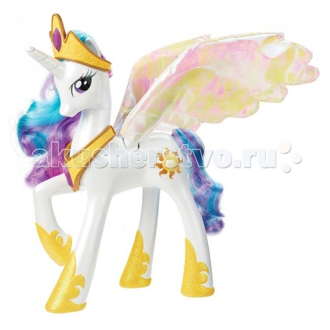My Little Pony Hasbro Пони Принцесса СелестияHasbro Пони Принцесса СелестияБелоснежная эксклюзивная Селестия понравится любой малышке, которая любит смотреть мультсериал «Моя маленькая Пони».  Принцесса Селестия добрая и умная наставница Сумеричной искорки и повелительница Эквестрии, она владеет очень сильной магией, благодаря которой она может перемещать по небу луну и солнце.  Пони Селестия имеет длинную шелковистую гриву и хвост, который выполнен в фиолетовых и голубых цветах. Также она имеет невероятно красивые большие золотисто-розовые крылья и искрящийся рог.  Если во время игры нажать на кнопку с изображением солнца, то принцесса начнёт издавать разные звуки, а крылья засветятся и начнут плавно двигаться.  В комплекте: пони Селестия ожерелье тиара расческа 4 заколки  Игрушка работает от 2 батареек типа ААА, которые предусмотрены комплектом.  Высота пони: 23 см.<br>