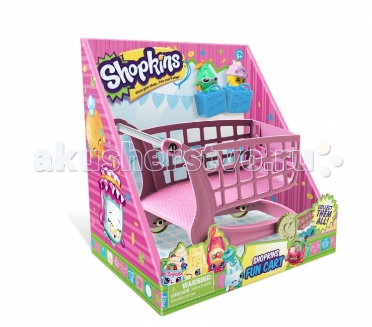 Shopkins Большая тележка для покупокБольшая тележка для покупокMoose Shopkins Большая тележка для покупок  это то, о чем мечтают Shopkins и их хозяйки. Как, вы еще не знаете, кто такие шопкинс? Это новая линейка коллекционных игрушек, разработанных специально для девочек! Выпускает их австралийский бренд Moose, известный российским детям и родителям как производитель невероятных и умопомрачительных треш-монстриков.   Особенности: Симпатичные герои – улыбчивые и глазастые продукты, которые можно найти на полках супермаркета: мороженое, конфеты, масло, варенье, овощи, фрукты и другие обаятельные персонажи.  У героев есть свои аксессуары и магазинчики. А чтобы ваш мир Shopkins был полным, не забудьте обзавестись восхитительной Мегатележкой для покупок. Именно с такой положено ходить в супермаркет. В ней поместятся как герои, так и сумочки для покупок, в которых они предпочитают жить.   В комплекте: большая тележка для покупок 2 сумочки для покупок 2 эксклюзивных персонажа.<br>