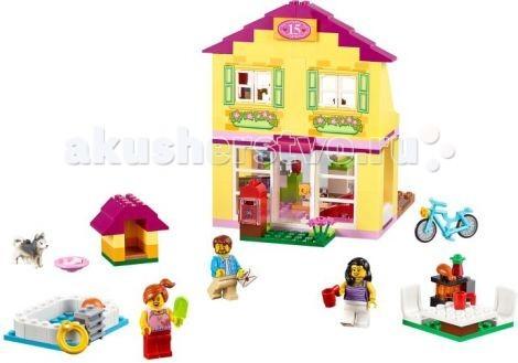 Конструктор Lego Juniors Семейный домикJuniors Семейный домикКонструктор Lego Juniors Семейный домик - отлично подойдет в качестве презента подрастающей хозяйке.   Представляет собой красивое двухэтажное здание с жёлтыми стенами и розовой крышей. Перед домом посажены цветы, рядом с которыми виден красный почтовый ящик, голубой велосипед и разноцветная конура для любимого питомца семьи. На заднем дворе организована большая площадка для отдыха, состоящая из стола, 2-х стульев, мангала для приготовления барбекю, а также небольшого бассейна для весёлых игр в жаркий летний день.  На первом этаже домика располагается просторная гостиная с панорамными окнами, красным диваном и телевизором. Рядом с гостиной видна кухонная зона, в которой есть всё необходимое для приготовления вкусного семейного ужина: плита, ящики для хранения посуды, раковина, обеденный стол и стул. Благодаря модульной конструкции мебель можно переставлять, меняя тем самым назначение комнат. Чтобы попасть на второй этаж дома, необходимо воспользоваться откидной лестницей, прикреплённой к стене. Наверху обустроена уютная детская комната, весь интерьер которой выполнен в фиолетовых тонах. При помощи узкого коридора детская соединяется с ванной, в которой установлена раковина с краном, полки для личных принадлежностей и унитаз.  Размер семейного домика в собранном виде составляет 17 &#215; 12 &#215; 15 см  В наборе: фигурка собаки, фигурка игрушечного медвежонка и 3 минифигурки: папа, мама и девочка, а также множество аксессуаров для реалистичной игры: расчёска, духи, настольная лампа, сковородка, кастрюля, корзинка, 2 кружки, миска, куриная ножка, косточка, яблоко, пирожные, мороженое, спасательный круг, мяч и письмо.  Количество деталей: 226<br>