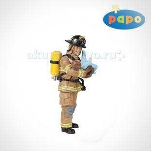Papo Игровая фигурка Американский пожарный с ребенкомИгровая фигурка Американский пожарный с ребенкомИгровая фигурка Американский пожарный с ребенком 70009  Ручная роспись.  Все фигурки Papo проходят тщательную подготовку и обработку, поэтому они крепкие и долговечные.  Материал: высококачественный полимерный материал.<br>