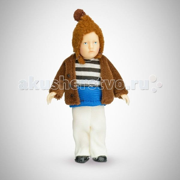 Pupsique Пупс Мальчик в полосатой кофте 110 ммПупс Мальчик в полосатой кофте 110 ммМиниатюрная кукла мальчик 110 мм в полосатой кофте, белых штанишках, коричневой шапочке и жакете.  Главное, что отличает пупсика Pupsique от подобных игрушек, - это идеальное сходство с человеком. Это авторское произведение, создатели которого сумели детально соблюсти пропорции и особенности человеческого тела.  Размер куколки Pupsique всего 110 мм, однако каждый пупсик раскрашен вручную (hand painted), и все его части подвижны: голова, ручки, ножки. В качестве дополнительных аксессуаров предлагается большой выбор оригинальной дизайнерской одежды, которая, безусловно, понравится детям и их родителям.  Игрушка выполнена из высококачественного винила, гарантированно гипоаллергенного материала. Все куколки и аксессуары к ним помещены в особую блистерную упаковку, при производстве которой используется только пищевой пластик.  Особенности пупсиков: Идеальное сходство с человеком Словно живой Подвижные части тела (5 точек артикуляции) Не имеет аналогов в мире Большой выбор аксессуаров Высококачественный винил Оригинальная дизайнерская одежда<br>