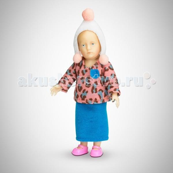 Pupsique Пупс Девочка в пестрой кофте 110 ммПупс Девочка в пестрой кофте 110 ммМиниатюрная кукла девочка 110 мм в пестрой кофте, синей юбке, белой шапочке с помпонами.  Главное, что отличает пупсика Pupsique от подобных игрушек, - это идеальное сходство с человеком. Это авторское произведение, создатели которого сумели детально соблюсти пропорции и особенности человеческого тела.  Размер куколки Pupsique всего 110 мм, однако каждый пупсик раскрашен вручную (hand painted), и все его части подвижны: голова, ручки, ножки. В качестве дополнительных аксессуаров предлагается большой выбор оригинальной дизайнерской одежды, которая, безусловно, понравится детям и их родителям.  Игрушка выполнена из высококачественного винила, гарантированно гипоаллергенного материала. Все куколки и аксессуары к ним помещены в особую блистерную упаковку, при производстве которой используется только пищевой пластик.  Особенности пупсиков: Идеальное сходство с человеком Словно живой Подвижные части тела (5 точек артикуляции) Не имеет аналогов в мире Большой выбор аксессуаров Высококачественный винил Оригинальная дизайнерская одежда<br>