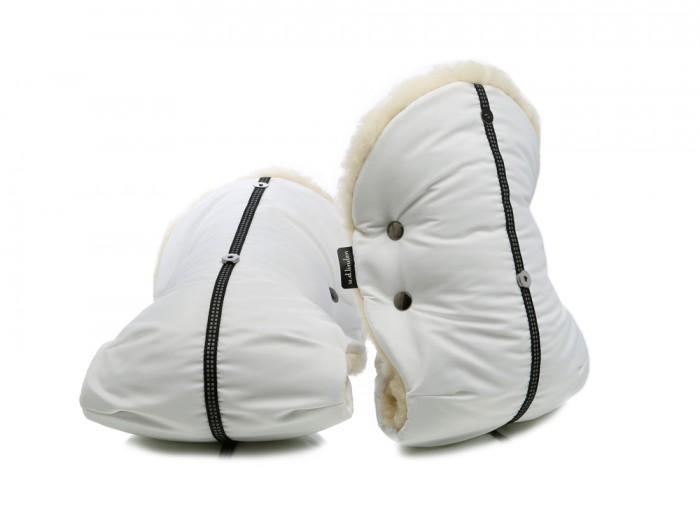 u.d.Linden Муфта для рук Polar Bear DoubleМуфта для рук Polar Bear DoubleМуфта для рук на коляску u.d.Linden Polar Bear Double подойдет к любой коляске.  Особенности: Уникальная конструкция муфты u.d.Linden - отворотные меховые манжеты на магнитных кнопках, защита от попадания снега в муфту. У всех муфт для рук u.d.Linden 100% овечья шерсть австралийского мериноса. Дополнительные натуральные меховые накладки на ручку коляски (овчина - 100% шерсть). На каждой муфте светоотражающая стропа. Возможность более широкого расположения рук для лучшей управляемости коляски. Регулируемый размер муфты под руки. Белая мерцающая ткань с водоотталкивающей пропиткой (нейлон 100%). Каждая муфта упакована в отдельную коробку.  Если вы достали руку из муфты, достаточно просто отстегнуть магнитную кнопку на манжете и можно не беспокоиться, что в муфту попадет снег, так как отворотная манжета будет закрывать вход в муфту от снега и ледяного ветра. Благодаря уникальной конструкции муфты для рук u.d.Linden, мех внутри всегда будет сухим и теплым, а дополнительные меховые накладки не позволят металлической ледяной ручке коляски выстуживать муфту изнутри. Элегантный стиль, удобство и немецкое качество создадут Вам дополнительное настроение при прогулке с коляской по морозной погоде, не говоря про то, что ваши руки будут в тепле и комфорте и Вам не понадобится надевать по двое...трое варежек. Приятных прогулок с u.d.Linden!<br>