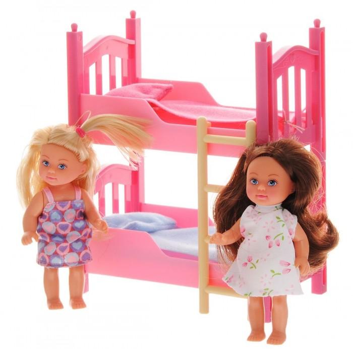 Simba Кукла Еви в спальной комнатеКукла Еви в спальной комнатеКукла Еви Simba в спальной комнате   Удобная двухъярусная кровать оснащена уютной постелью для сладких снов и для удобства на ней есть лесенка! Также она трансформируется в две отдельные кроватки.   В наборе:    2 куклы-близняшки Еви,  2 игрушки,  комплекты белья,  двухъярусная кровать.   Размер: 12 см<br>