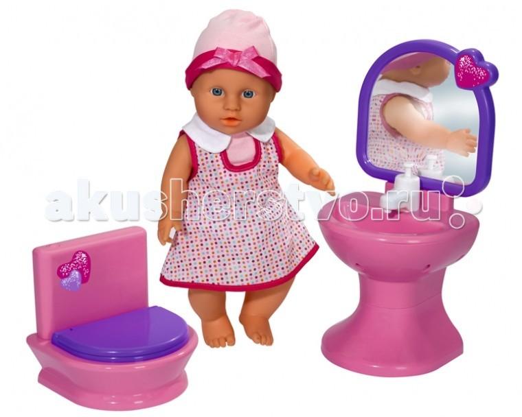 Simba Кукла New Born Baby с раковиной и туалетомКукла New Born Baby с раковиной и туалетомПупс Simba New Born Baby с раковиной и туалетом - замечательный малыш в чудесном костюмчике   Особенности:    Пупс-девочка с функцией пьет-писает.  Голова, ручки и ножки пупса выполнены из прочного пластика, а тело - мягконабивное.  При нажатии кнопки спуска туалета слышен звук иммитируйющий спуск воды.   При нажатии крана на раковине течет вода (функция насоса).   Также в наборе есть полотенце и бутылочка для пупса.   b> В наборе:    пупс;  унитаз;  раковина с зеркалом;  полотенце;  бутылочка для пупса.   Для работы нужны батарейки 3Y+3x 1.5V LR44 (не входят в комплект).  Размер куклы: 30 см<br>