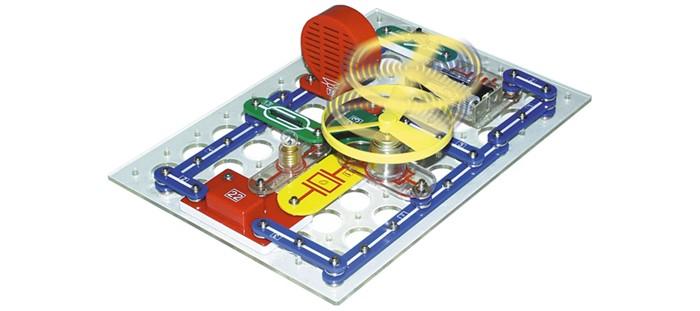 Конструктор Знаток 180 схем180 схемКонструктор Знаток 180-Znat 180 схем.  Электронный конструктор Знаток 180 схем представляет собой набор электронных блоков и соединений, позволяющий конструировать электрические цепи без пайки. В иллюстрированном руководстве описано 180 различных схем. Схемы могут собираться на прилагаемой специальной платформе или просто на столе, т. е. одновременно может собираться несколько разных схем разными людьми. Простота и ясность описаний и иллюстраций позволят справиться со сборкой даже 5-летнему ребенку.  С помощью конструктора можно собрать: Радиоприемники Автоматические осветители Музыкальные звонки Игры и игрушки Имитаторы звуков Охранные сигнализации. Особенности: Оригинальный способ соединения деталей! Быстрый результат! Не надо паять! Дополнительно: управление светом управление звуком управление водой магнитное управление сенсорное управление электрическое управление. В набор входит:  элементы для сборки  инструкция на русском языке. Потребуются 4 батарейки типа АА в комплект не входят. Приобрести батарейки можно в нашем магазине.<br>