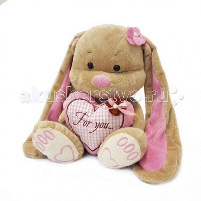 Мягкая игрушка Jack&amp;Lin Зайка Лин с сердцем 25 смЗайка Лин с сердцем 25 смМягкая игрушка Jack&Lin Зайка Лин с сердцем 25 см – очаровательная зверюшка с веселым романтичным нравом. Ее забавные длинные уши и розовый носик вызывают улыбку у самых хмурых людей. Изящный цветочек на голове придает ей особый шарм. В компании Зайки Лин у вас всегда будет позитивное настроение.  Большое сердце у нее в руках – подарок другой мягкой игрушки зайчика Жака. Он также отличается симпатичной внешностью и имеет джентельменский характер. Жак и Лин дружат с самого момента их создания. Они часто делают друг другу романтические сюрпризы. Эти игрушки станут прекрасными друзьями для ребенка любого возраста.<br>