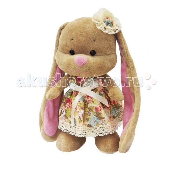 Мягкая игрушка Jack&amp;Lin Зайка Лин в летнем платье с цветочком на голове 25 смЗайка Лин в летнем платье с цветочком на голове 25 смМягкая игрушка Jack&Lin Зайка Лин в летнем платье с цветочком на голове 25 см с длинными ушами понравится любому ребенку. А если она будет одета в красивый модный наряд, то наверняка станет одной из самых любимых.  Зайка Лин – прекрасный пример для подражания для маленьких модниц. Ее вы выбираете одежду для праздника, обратите внимание на ее розовое платье. Этот наряд достоин настоящей принцессы!   Зайка Лин в летнем платье с цветочком на головет вас на поиски неповторимого стиля. В ее компании вы обязательно придумаете много оригинальных идей, а смешные длинные уши обеспечат прекрасное настроение!  Идет в наборе с подарочной коробкой с атласными ленточками и открыткой.<br>