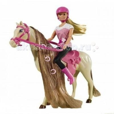 Simba Штеффи верхом на лошадиШтеффи верхом на лошадиКукла Simba Штеффи верхом на лошади - это чудесная куколка, которая обладает милым личиком и очаровательной внешностью.   Кукла Штеффи очень любит верховую езду!  У куклы и у лошадки очень красивые длинные волосы, за которыми малышка будет ухаживать с большим удовольствием, расчесывать их и учиться придумывать новые прически.   Особенности:    Изготовлена из безопасных для малышей компонентов пластмассы и ткани  Универсальные размеры куклы позволяют переодевать ее в другие различные костюмы  Ручки и ножки куклы можно двигать и сгибать, придавая ей различные положения   Размер: 29 см<br>