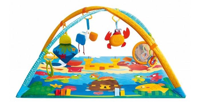 Развивающий коврик Tiny Love Морские приключенияМорские приключенияРазвивающий коврик Tiny Love Морские приключения от 0 месяцев до 1 года.  Веселый коврик помогает продлить время лежания на животике и развивает крупную моторику. Скользящие кольца позволяют менять расположение игрушек и разнообразить игру. Электронный краб для самостоятельного включения непременно заинтересует вашего малыша! Со временем малыш сможет ползать по коврику, чтобы рассмотреть заинтересовавшую его деталь. Яркие рисунки стимулируют зрение, а наличие объемных разнофактурных фигурок поможет в развитии мелкой моторики рук и сенсорного восприятия. Играя на коврике, ребенок развивает координацию движений и укрепляет мышцы. Можно играть лежа на спине, животе и сидя.<br>