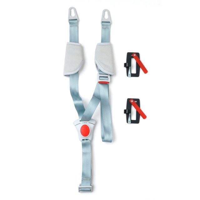 Peg-perego Автомобильный комплект KIT AUTO для люлькиАвтомобильный комплект KIT AUTO для люлькиPeg-Perego Kit Auto система безопасности для люльки позволяет транспортировать малыша в машине на заднем сиденье поперек хода движения.  Система включает ремни-переходники, позволяющие крепить люльку к ремням безопасности автомобиля и удерживающий ремешок-крепление, который крепится внутри люльки и удерживает малыша поперек животика.<br>