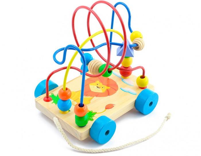 Каталка-игрушка МДИ Лабиринт-каталка ЛьвенокЛабиринт-каталка ЛьвенокДеревянная игрушка МДИ Лабиринт-каталка Львенок.  Лабиринт - отличная игрушка для развития мелкой моторики. Кроме того, игра в Лабиринт развивает пространственное мышление.  На основании Лабиринта прикреплены 3 цветные проволоки, изогнутые в разных плоскостях. Проволоки статичны, согнуть их у ребенка не получится. По каждой проволоке можно перемещать деревянные фигурки разного цвета и формы.  Во время игры не забывайте называть малышу цвета дорожек и фигурок. Считайте, сколько фигурок переместили. К основанию Лабиринта прикреплены колеса и веревочка, за которую его можно возить, что делает его еще более привлекательным для ребенка.  Размер игрушки 17 х 11 х 18 см Размер бусинок от 1,5 до 3 см Длина шнурка - 31 см.<br>