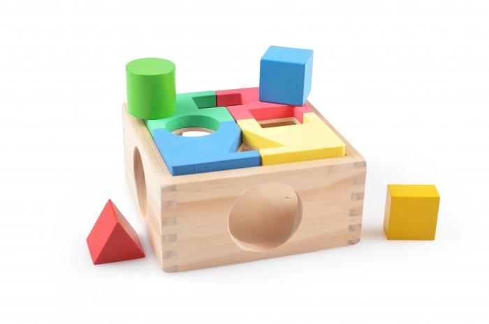 Деревянная игрушка МДИ Занимательная коробкаЗанимательная коробкаДеревянная игрушка МДИ Занимательная коробка.  В верхней крышке коробки отверстия четырех различных форм: круг, треугольник, прямоугольник и квадрат. К ним нужно подобрать соответствующие фигурки. Вынимаются фигурки через более крупные отверстия по бокам. Задача усложняется необходимостью сложить мозаику на крышке: четыре цветные пластинки выкладываются таким образом, чтобы их прорези совпадали с отверстиями на ящике.   Собрав детали неправильно - не сможем вставить фигурки в отверстия. Ребенок познакомится с основными цветами и формами, научится находить пары по подобию, а так же разовьет мелкую моторику. Размер: 14 х 14 х 6,5 см Размер фигур от 2 до 3,5 см.<br>