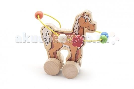 Каталка-игрушка МДИ Лабиринт-каталка ЛошадьЛабиринт-каталка ЛошадьДеревянная игрушка МДИ Лабиринт-каталка Лошадь.  Весьма красочная, многофункциональная развивающая игра каталка и в то же время путаница - игра с целью формирования мелкой моторики, занятия мускул кисти и отработки кругового перемещения, готовимся писать. Взрослых игра расслабляет и убирает перенапряжение. Мелкие детали никак не снимаются, что делает игрушку безопасной для Вашего малыша.  Полезно знать: Этот набор выполнен из качественных материалов по европейским стандартам и покрыт специальной краской на водной основе, которая абсолютно безопасна для вашего малыша. Производитель использует только экологически чистую новозеландскую сосну для производства своих игрушек.<br>