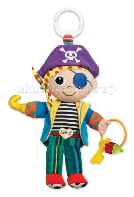 Подвесная игрушка Lamaze Пират ПитПират ПитЭта очаровательная мягкая куколка в виде пирата станет первой любимой игрушкой крохи. Пират Пит одет в брюки, тельняшку и цветной пиджак, а на голове у него настоящая пиратская бандана с черепом и костями.   Вместо одной из руки у пирата крюк, а в другой руке он держит кольцо с бусинками, которые отлично подойдут в качестве прорезывателя для зубов.   Питрат Пит сшит из разноцветных кусочков ткани, различных по своей текстуре, а также у него есть множество мелких деталей, которые крохам будет интересно изучать маленькими пальчиками.   Сверху имеется пластмассовое кольцо, чтобы куклу можно было закрепить на кроватке или коляске.  Игрушка способствует развитию мелкой моторики, тактильных ощущений, стимулирует цветовосприятие и учит концентрировать внимание.<br>