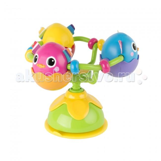 Развивающая игрушка Lamaze с присоской на стульчик Веселые утятас присоской на стульчик Веселые утятаВеселые Утята Lamaze - игрушка-погремушка, которую можно прикрепить на любую поверхность, например, на стульчик.   Присоска надежно фиксирует игрушку. Утята еще маленькие и сидят в скорлупках, ведь они вылупились совсем недавно.   Всего 3 утенка разных цветов - желтый, розовый и синий. У каждого из них - забавная мордочка и мягкие ушки.   Игрушка сделана в виде карусели, на которой закреплены скорлупки с утятами. При вращении, игрушки гремят и раздается забавный треск.   Эта яркая игрушка привлечет малыша, разовьет мелкую моторику и цветовое восприятие.<br>