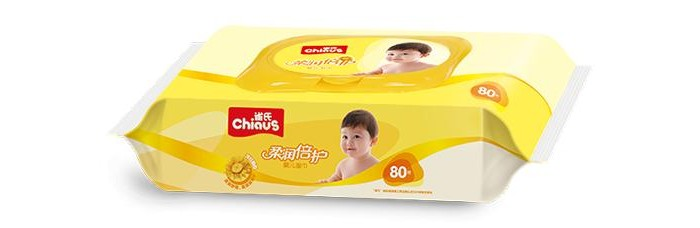 Chiaus Влажные салфетки ромашка 80штВлажные салфетки ромашка 80штВлажные салфетки Chiaus ромашка (желтая упаковка) 80шт. изготавливаются только из высококачественного сырья и не содержат спирта, асептических средств, флуоресцентных агентов и неочищенной воды.   Это позволяет предотвратить возникновение аллергических реакций у детей. Такие салфетки можно применять при смене подгузников малышам, а также при удалении различных загрязнений. Салфетки не занимают много места, их удобно использовать в дороге или при отсутствии доступа к чистой воде.  Влажные салфетки Chiaus представляют собой тонкие полотенца белого цвета, которые изготовлены из нетканого материала спанлекс и пропитаны специальным лосьоном. Салфетки устойчивы к истиранию и деформации, приятны на ощупь.<br>