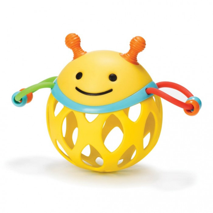 Погремушка Skip-Hop Шар-пчелаШар-пчелаЗабавная погремушка представляет собой стилизованную пчелку ярких цветов, игра с которой принесет много радости и пользы младенцу. Игрушка выполнена в яркой, контрастной цветовой гамме, что позитивно влияет на развитие зрительного аппарата младенца.  Погремушка представляет собой шарик с гибким основанием, который можно сжимать руками. По бокам надежно закреплены петельки с красочными бусинками, развивающими моторику рук при перебирании их пальчиками.  Играйте с пчелкой как угодно — катайте, подбрасывайте, считайте бусинки, кидайте и давайте потренироваться в кусании зубками! Ведь невероятно обаятельная пчела с доброй мордочкой изготовлена из высококачественных материалов без острых углов.  Размеры игрушки: 16.5 х 9 х 12 см<br>