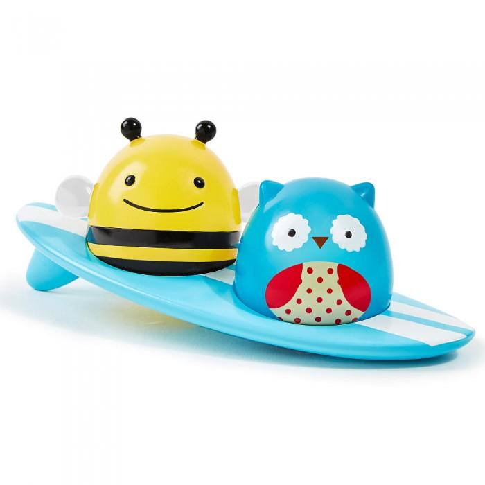 Skip-Hop Игрушка для ванной СерферыИгрушка для ванной СерферыСовунья и пчела катаются на доске для серфа — вместе и по отдельности. Любую фигурку можно легко вынуть и играть с ней отдельно.  Чудесные существа Skip Hop выполнены в яркой цветовой гамме, «наивном» и гармоничном дизайне, адаптированном для самых маленьких, и имеют округлые формы. Сидят она на гладкой, обтекаемой досочке для серфа с отверстиями.  Уникальная функция игрушки для ванной «Серферы» — свечение в воде, которое поразит любого малыша! При касании воды она начинает сиять, вызывая яркие эмоции у крохи и превращая купальные процедуры в настоящее волшебство!<br>