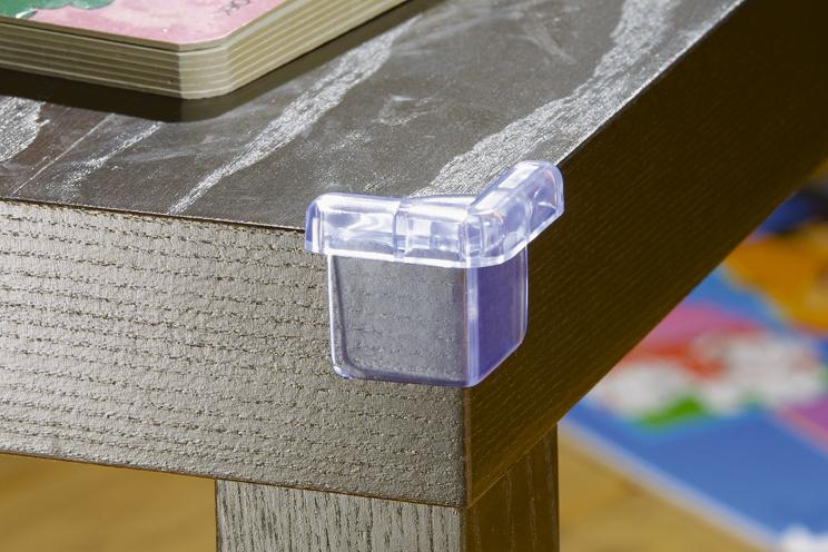 Safety 1st Безопасность угловБезопасность угловЧтобы исключить возможные неприятности (как травмы) лучше обезопасить острые углы столов, шкафов, стульев с помощью уголков сделаных из латекса, мягкого материала, который смягчит удар.<br>