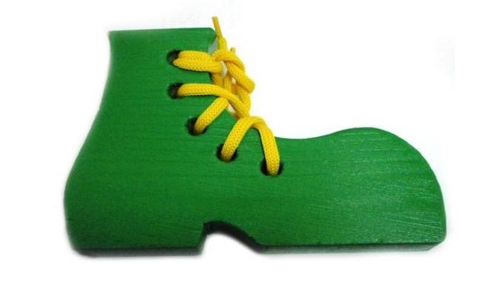 Деревянная игрушка Бэмби шнуровка Крашеный ботинокшнуровка Крашеный ботинокШнуровка деревянная Крашеный ботинок - экологичная и безопасная игрушка для маленьких детей, при помощи которой можно научиться завязывать шнурки и развить мелкую моторику рук.  Шнуровка Ботинок будет не только интересной, но развивающей игрой для любого ребенка. Шнурок выполнен из прочных, высококачественных нитей, плетение которых обеспечивает дополнительную устойчивость.<br>