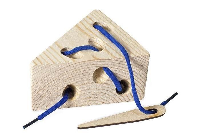 Деревянная игрушка Бэмби шнуровка Ломтик сырашнуровка Ломтик сыраЛомтик сыра - деревянная шнуровка, с помощью которой можно развивать устную речь и готовить руку к письму.   С помощью шнуровки можно корректировать даже устную речь. Игра со шнуровкой развивают координацию движения, учит концентрироваться, развивает внимание.  Шнуровка будет не только интересной, но развивающей игрой для любого ребенка. Шнурок выполнен из прочных, высококачественных нитей, плетение которых обеспечивает дополнительную устойчивость.<br>
