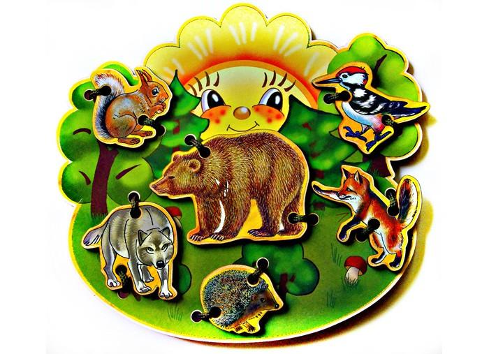 Деревянная игрушка Бэмби шнуровка В лесушнуровка В лесуШнуровка деревянная В лесу - экологичная и безопасная игрушка для маленьких детей, при помощи которой можно научиться завязывать шнурки и развить мелкую моторику рук.  В состав набора входит: основа  фигурки животных шнурок  С помощью шнурка предлагается закрепить фигурки животных на основе. Основа и фигурки животных выполнены из фанеры толщиной 3 мм. Рисунок наклеен на деревянную основу.   Фигурки: 4-8 см  Основа: 19х17 см<br>