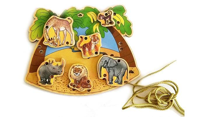 Деревянная игрушка Бэмби шнуровка В Африкешнуровка В АфрикеШнуровка деревянная В Африке - экологичная и безопасная игрушка для маленьких детей, при помощи которой можно научиться завязывать шнурки и развить мелкую моторику рук.  В состав набора входит: основа  фигурки животных шнурок  С помощью шнурка предлагается закрепить фигурки животных на основе. Основа и фигурки животных выполнены из фанеры толщиной 3 мм. Рисунок наклеен на деревянную основу.   Фигурки: 3-6 см  Основа: 20х16 см<br>