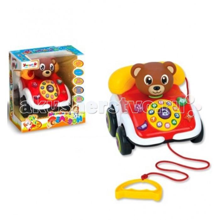 Каталка-игрушка Zhorya Умный Я Телефон Х75240Умный Я Телефон Х75240Каталка-игрушка Zhorya Умный Я Телефон Х75240 станет отличным подарком для вашего любимого чада. Это отличная возможность в игровой форме обучить ребенка цифрам, названиям животных и звукам, которые они издают, а также выучить вместе с малышом детские песенки. Помимо этого есть возможность прослушивания сказки про курочку рябу и игры с карточками Набирай номерок.   Основные характеристики: корпус сделан из качественной пластмассы благодаря колесикам и веревочке с удобной ручкой телефон можно использовать в качестве игрушечной каталки 4 обучающие функции – учим цифры, запоминаем названия и голоса животных, слушаем песенку, слушаем сказку когда ребенок запомнит цифры и уже будет уверен в своих силах, то с помощью карточек с животными можно проверить его знания – дайте своему сыночку или дочке карточку с изображением животного и двухзначного числа, которое нужно набрать на телефоне.<br>
