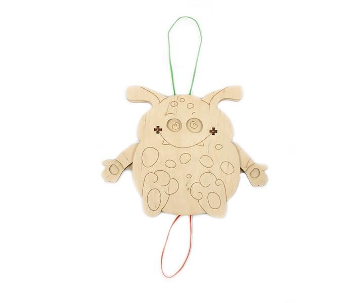 Конструктор Woody Набор для творчества Мышь кышНабор для творчества Мышь кышНабор Мышь кыш входит в серию собери, раскрась, играй. В состав набора входит 24 элемента. В собранном виде мышь двигает крыльями и глазами.  Детали игрушки изготовлены из натурального сухого дерева, ничем не обработаны и не пропитаны. Края отшлифованы, без зазубрин. Готовую игрушку можно раскрасить фломастерами, красками и карандашами.   Состав набора: деревянные элементы 24 шт.  Деревянные игрушки «Вуди» дарят живую энергию натуральных материалов, доброту и улыбки сказочных персонажей, радость познания и удивительные открытия.   В игрушках «Вуди» заложена богатая методическая база для развития детей разного возраста. Каждая игрушка несёт в себе несколько развивающих функций. Любой персонаж, домик, буква или цифра - это оригинальная деревянная раскраска. Игрушки «Вуди» изготавливаются в Беларуси из высокосортной древесины без применения лакокрасочных покрытий, имеют сертификаты качества Беларуси, России, Украины, ЕС.<br>