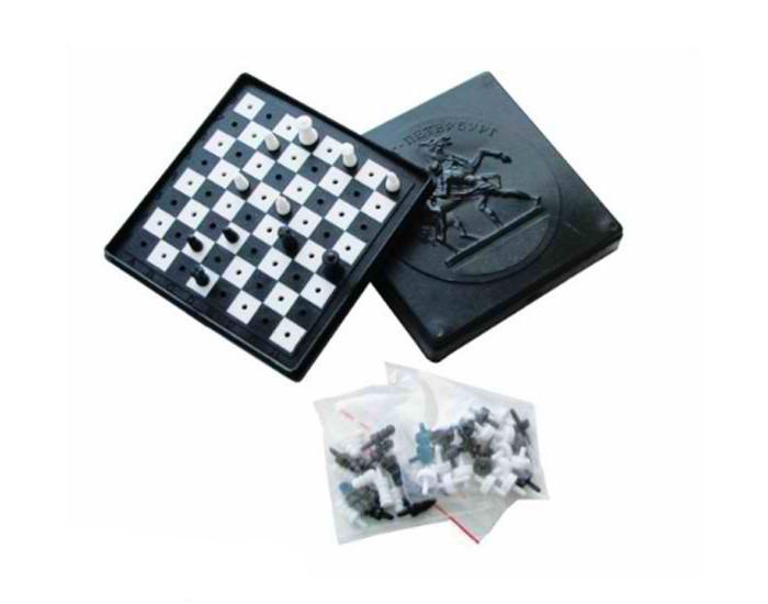 Плэйдорадо Шашки-шахматыШашки-шахматыНабор Плэйдорадо из двух настольных игр Шашки-шахматы с единым игровым полем. Клетки шахматного поля - с отверстиями, а фигуры - со штырьками на нижней стороне основания. Этот набор можно взять с собой в дорогу или на пикник. Неровная поверхность не станет помехой для увлекательной шахматной партии.  Комплектация набора:  Шахматная доска; Шахматные фигуры; Шашки.  Характеристики:  Вес: 50 г<br>