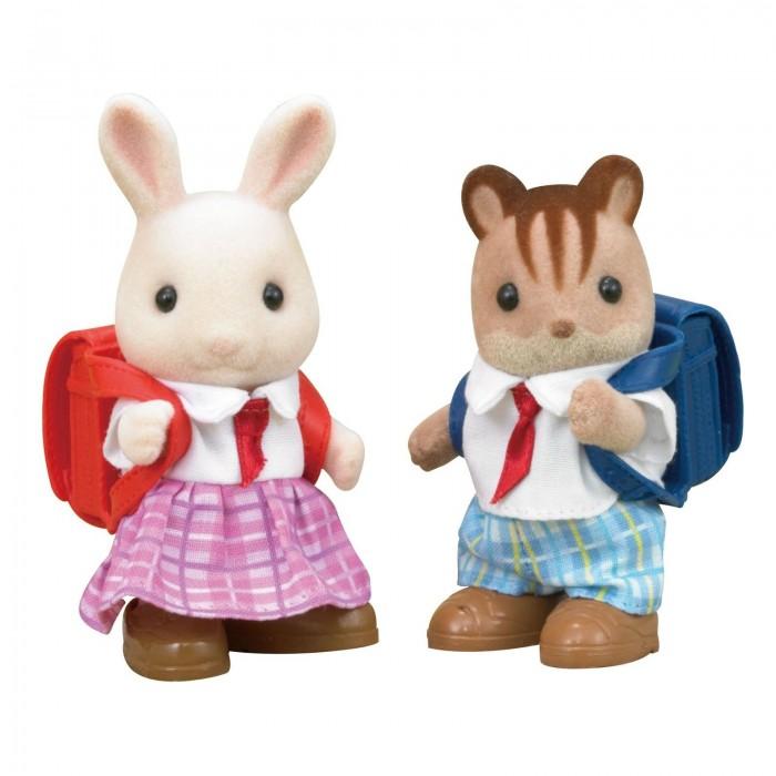 Sylvanian Families Набор Школьные друзьяНабор Школьные друзьяКролик Ребекка и бельчонок Ральф одеты в аккуратную школьную форму, на ножках у них стильные коричневые ботинки. Элементы одежды проработаны до мелочей. Для того, чтобы переносить тетради и учебники, у зверьков есть яркие красивые рюкзаки: у девочки - красный, у мальчика - синий. Ребенок может изображать, как два друга-зверька ходят в школу. После занятий фигурки можно переодеть в домашнюю или повседневную одежду и разыгрывать новые сценки. Комплект совместим с наборами на школьную тематику.  Как и другие игровые наборы Sylvanian Families этот набор развивает у ребенка чувство ответственности и заботы, формирует представление о семейных ценностях.  Размер фигурок 4 см.  Сказочный мир игровых наборов Sylvanian Families разнообразен - это всевозможные зверюшки, у каждого из которых есть собственный дом, семья, работа. Состав семей в игровых наборах Sylvanian Families не ограничивается стандартным «папа, мама, ребенок», здесь есть даже бабушки и дедушки. Герои игровых наборов Sylvanian Families разнообразны: кролики, еноты, медведи, мыши, ежи, белки и многие другие. Однако разнообразием героев мир игрушек Sylvanian Families не ограничивается. Дома, предметы мебели, игрушечная еда и многие другие аксессуары представлены в ассортименте игрушек Sylvanian Families.<br>