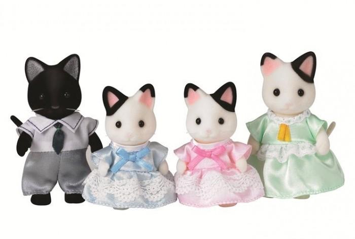 Sylvanian Families Набор Семья Чёрно-белых котовНабор Семья Чёрно-белых котовНабор Sylvanian Families «Семья черно-белых котов» 5181 – это еще один замечательный набор из серии Семьи. В комплект входят папа-кот, мама-кошка и их детки-котята. Все зверюшки одеты ярко и стильно. Одежда легко снимается, ее можно стирать.   Ребенок будет долго и весело играть с этими игрушками и сможет придумать интересные сюжеты, ведь головки и лапки у фигурок вращаются, что делает игру еще более увлекательной. Семья черно-белых котов обязательно понравится всем маленьким любителям Sylvanian Families. Ведь каждый житель страны Сильвания уникален по-своему.  Как и другие игровые наборы Sylvanian Families этот набор развивает у ребенка чувство ответственности и заботы, формирует представление о семейных ценностях.  Размер фигурок 6-8 см.  Сказочный мир игровых наборов Sylvanian Families разнообразен - это всевозможные зверюшки, у каждого из которых есть собственный дом, семья, работа. Состав семей в игровых наборах Sylvanian Families не ограничивается стандартным «папа, мама, ребенок», здесь есть даже бабушки и дедушки. Герои игровых наборов Sylvanian Families разнообразны: кролики, еноты, медведи, мыши, ежи, белки и многие другие. Однако разнообразием героев мир игрушек Sylvanian Families не ограничивается. Дома, предметы мебели, игрушечная еда и многие другие аксессуары представлены в ассортименте игрушек Sylvanian Families.<br>