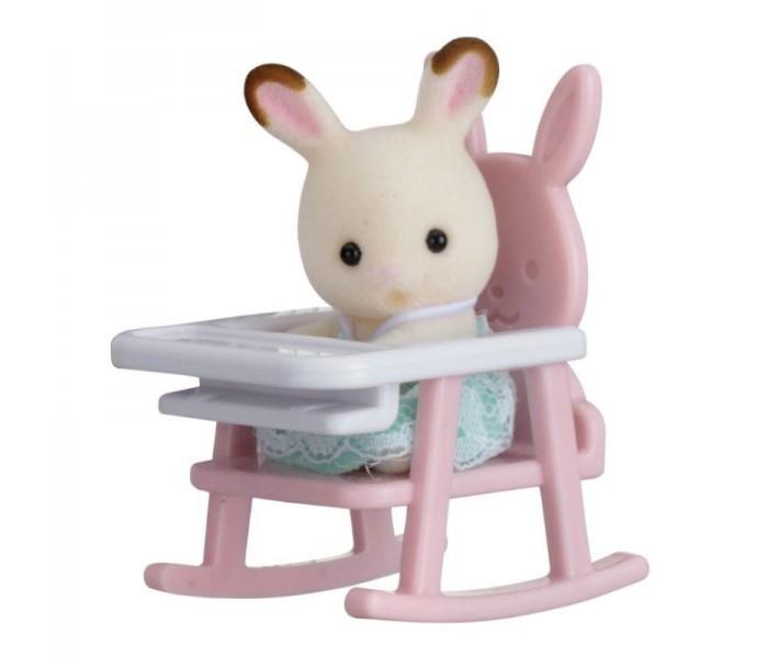Sylvanian Families Набор Младенец в пластиковом сундучке. Кролик в детском креслеНабор Младенец в пластиковом сундучке. Кролик в детском креслеНабор Sylvanian Families «Младенец в пластиковом сундучке» (кролик в детском кресле) 5197 обязательно понравится всем любителям страны Сильвания. Этот чудесный кролик еще совсем маленький и нуждается в заботе. Малыша нужно усадить в детский стульчик и покормить. А после еды кролик снова готов к игре!   Головка и лапки кролика вращаются в разные стороны, что делает игру еще более реалистичной. Роль упаковки выполняет стильный сундучок. Набор «Младенец в пластиковом сундучке» (кролик в детском кресле) станет отличным дополнением вашей коллекции игрушек Sylvanian Families!  Как и другие игровые наборы Sylvanian Families этот набор развивает у ребенка чувство ответственности и заботы, формирует представление о семейных ценностях.  Размер фигурок 4 см.  Сказочный мир игровых наборов Sylvanian Families разнообразен - это всевозможные зверюшки, у каждого из которых есть собственный дом, семья, работа. Состав семей в игровых наборах Sylvanian Families не ограничивается стандартным «папа, мама, ребенок», здесь есть даже бабушки и дедушки. Герои игровых наборов Sylvanian Families разнообразны: кролики, еноты, медведи, мыши, ежи, белки и многие другие. Однако разнообразием героев мир игрушек Sylvanian Families не ограничивается. Дома, предметы мебели, игрушечная еда и многие другие аксессуары представлены в ассортименте игрушек Sylvanian Families.<br>