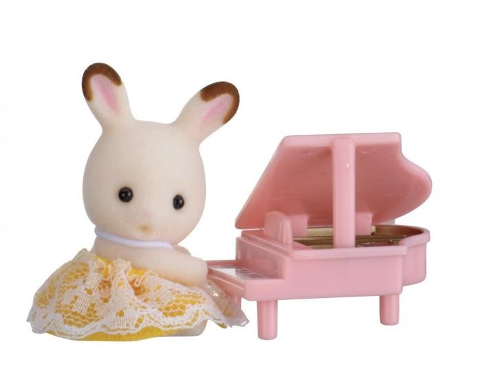 Sylvanian Families Набор Младенец в пластиковом сундучке. Кролик и рояльНабор Младенец в пластиковом сундучке. Кролик и рояльНабор Sylvanian Families «Младенец в пластиковом сундучке» (кролик и рояль) 5202 обязательно понравится всем любителям страны Сильвания. Этот чудесный кролик еще совсем маленький, но уже умеет играть на рояле. Малыш очень любит музыку, поэтому все свое время проводит сидя за роялем и придумывая мелодии.   Головка и лапки малыша вращаются в разные стороны, что делает игру еще более реалистичной. Роль упаковки выполняет стильный сундучок. Набор «Младенец в пластиковом сундучке» (кролик и рояль) станет отличным дополнением вашей коллекции игрушек Sylvanian Families!  Как и другие игровые наборы Sylvanian Families этот набор развивает у ребенка чувство ответственности и заботы, формирует представление о семейных ценностях.  Размер фигурок 4 см.  Сказочный мир игровых наборов Sylvanian Families разнообразен - это всевозможные зверюшки, у каждого из которых есть собственный дом, семья, работа. Состав семей в игровых наборах Sylvanian Families не ограничивается стандартным «папа, мама, ребенок», здесь есть даже бабушки и дедушки. Герои игровых наборов Sylvanian Families разнообразны: кролики, еноты, медведи, мыши, ежи, белки и многие другие. Однако разнообразием героев мир игрушек Sylvanian Families не ограничивается. Дома, предметы мебели, игрушечная еда и многие другие аксессуары представлены в ассортименте игрушек Sylvanian Families.<br>