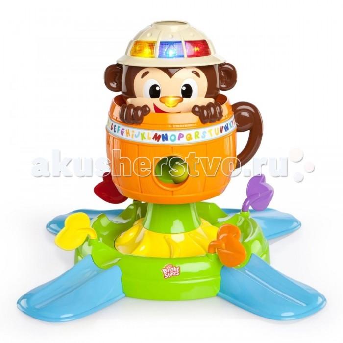 Развивающая игрушка Bright Starts Обезьянка в бочкеОбезьянка в бочкеОбезьянка в бочке научит вашего малыша распознавать цвета и геометрические формы, а на мордочке обезьянки будет учиться распознавать нос, глазки и ротик.   Становиться ловким, быстрым и внимательным, учиться ориентироваться по звукам и цвету, распознавать фигуры и части лица вашему малышу поможет веселая обезьянка в бочке.   Для игры в комплекте имеются 5 разноцветных шариков, которые необходимо забросить в бочку через каску на голове обезьянки. При нажатии на носик голова зверушки прячется в бочку, выпуская собранные мячики на крутящийся трек, откуда шарики могут скатываться по 4 небольшим пандусам. Каждый пандус оснащен разноцветными лепесточками, которые могут блокировать движение шарика.  Каска на голове обезьянки привлечет внимание ребенка разноцветными огнями с различными геометрическими фигурами внутри, а бочка украшена буквами алфавита, который подрастающий малыш сможет без труда выучить в игровой форме.   Батарейки ипа АА 4 шт (демонстрационные).  Размер игрушки: 61 x 61 x 43 см.<br>