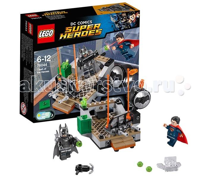 Конструктор Lego Super Heroes 76044 Лего Супер Герои Битва СупергероевSuper Heroes 76044 Лего Супер Герои Битва СупергероевКонструктор Lego Super Heroes 76044 Лего Супер Герои Битва Супергероев   На крыше одно из небоскрёбов Бэтмен и Супермен сошлись в эпическом сражении. Но, никто не может даже предположить, чем закончится это противостояние. Последний Сын Криптона обладает целым списком суперспособностей, но его силы мгновенно улетучиваются при встрече с криптонитом, добытым Бэтменом. В свою очередь Тёмный Рыцарь не имеет каких-либо фантастических умений, зато он владеет огромными знаниями во многих областях науки, что позволяет ему создавать уникальное оружие и оборудование. Истинного победителя схватки сможете определить только Вы - преданные поклонники вымышленной вселенной компании DC Comics!  В наборе Лего 76044 присутствуют детали серого и бежевого цвета для создания верхней части небоскрёба. Спереди предусмотрены ступени и перила, а сзади - подвижная балка. С её помощью можно толкнуть Бэтмена в спину, и заставить его броситься в атаку. Супермен снабжён прозрачным джампером, позволяющим ему высоко подпрыгивать и разрушать часть заграждений крыши. Кроме этого на месте сражения есть кристалл криптонита, контейнер с патронами и вращающийся Бэт-сигнал с пультом управления. Вместо привычного прожектора он выполняет функцию шутера с круглым таранящим наконечником, украшенным изображением летучей мыши.  Размер крыши небоскрёба составляет 11х12х18 см.  В наборе присутствуют 2 минифигурки: Супермен и Бэтмен. Следует отметить, что Бэтмен облачён в непробиваемую броню с креплениями для бэтаранга и гарпуна. Его главным оружием является базука 3 в 1. Она может быть использована в собранном виде или разделена на бластер и бэткрюк.  Количество деталей: 92 шт.<br>