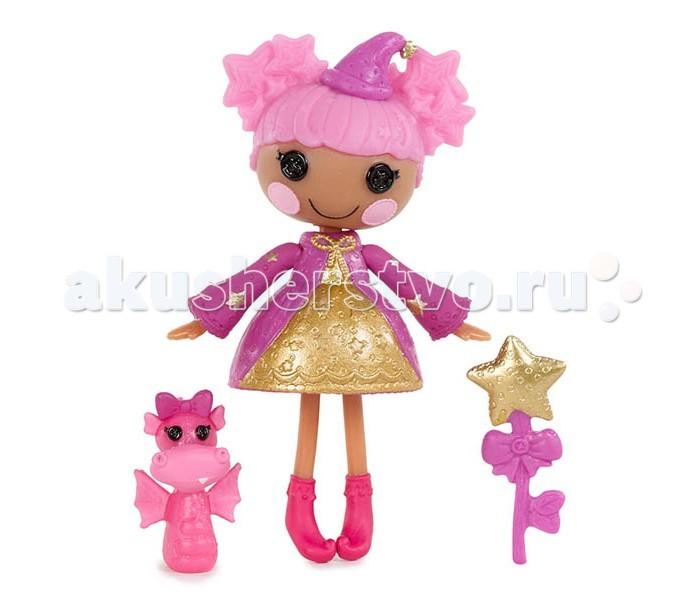 Lalaloopsy Кукла Mini ВолшебницаКукла Mini ВолшебницаLalaloopsy Кукла Mini Волшебница станет частым спутником в игровых сюжетах, поскольку имеет интересный внешний вид, в котором больше всего внимания привлекает смешная шапка, а также платье разных цветов.   Яркая симпатичная куколка каждую девочку! Высота малышки – 13 см, внешне она похожа на тряпичную куклу с глазками пуговками, но изготовлена из прочного высококачественного и безопасного пластика. Одета в красивое золотистое платье с розовой накидкой, а голову украшает шапочка мага.   В комплект с игрушкой входит миниатюрная фигурка забавного фантастического дракончика и аксессуар – волшебная палочка. Играть с этой милой куклой и её очаровательным питомцем – одно удовольствие!<br>