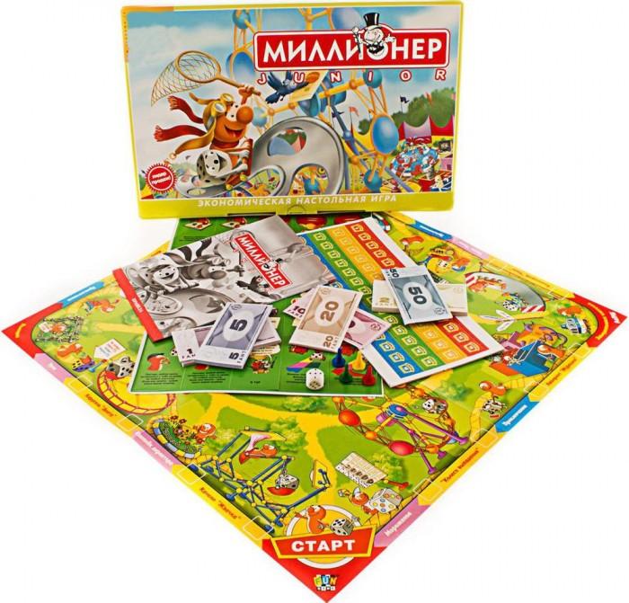 Origami Настольная игра Миллионер-юниорНастольная игра Миллионер-юниорOrigami НИ Миллионер-юниор.  Хочешь стать хозяином Смехопарка — фантастического парка аттракционов? Тогда приготовься к настоящей битве умов. Всё как у взрослых в настоящем бизнесе. Цель игры — покупая аттракционы в парке развлечений и, продавая билеты на них другим игрокам, стать самым богатым игроком — миллионером. Игра предназначена для 2-4 участников от 6 лет. Развивает логическое и экономическое мышление, обучает основам экономики, повышает общий интеллектуальный уровень.  По периметру игрового поля располагается игровая дорожка в виде разноцветных стрелок, движение по которой осуществляется от старта по часовой стрелке. На дорожке места посещения аттракционов.После того как игроки решили, кто какой фишкой будет играть, они разбирают билетные киоски своего цвета. На каждой карточке киоска указана цена продаваемых в киоске билетов от 3 до 15 фантов. Карточки перемешиваются и укладываются перед игроками изображением вниз.  Колода карточек Приключения помещается на соответствующую клетку в центре игрового поля. Перед началом игры среди играющих выбирается банкир, который выдаёт каждому игроку по 50 фантов. Игроки по очереди бросают кубик и передвигают свои фишки по игровой дорожке. Каждый раз, когда фишка вновь пересекает Старт банкир выплачивает хозяину этой фишки круговой доход 15 фантов.  Каждый аттракцион состоит из двух половинок две соседние клеточки. Если фишка остановилась на одной из двух клеток любого аттракциона, не принадлежащей другому игроку, хозяин фишки может купить эту половину аттракциона. Для этого он должен: заплатить в банк 10 фантов и положить на клетку свой киоск. Можно не делать покупку и отправиться на старт, получив у банкира 15 фантов. Фишка следующего игрока — где бы она в данный момент ни находилась — перемещается на освободившуюся клетку, и эта половинка аттракциона достаётся ему бесплатно!  Если фишка игрока остановилась на клетке с чужим билетным киоском, хозяин ф