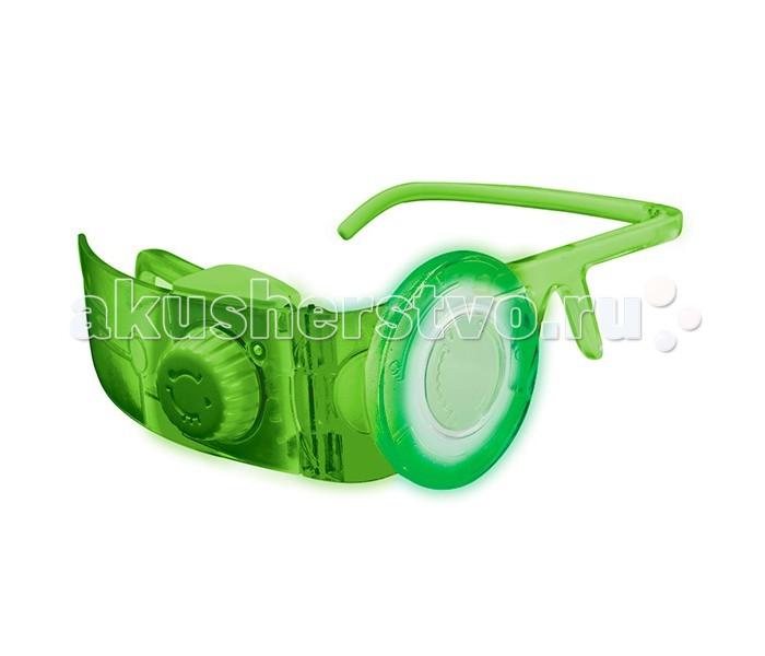 Miles from Tomorrowland Спектральные очкиСпектральные очкиMiles from Tomorrowland Спектральные очки совершенно необходимы при путешествиях к далеким звездам! Они дают владельцу информацию об окружающем мире, энергетических уровнях и других важных вещах.   Очки изготовлены из полупрозрачной пластмассы высокого качества, окрашенной в зеленый цвет, и оснащены удобными дужками и — главное — спектральным визором. Управляя переключателем, расположенным на панели слева, можно изменять цвета подсветки визора и наблюдать окружающие предметы последовательно в синем, красном или зеленом освещении.<br>