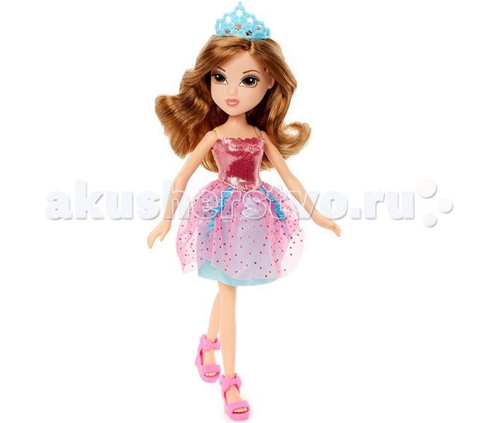 Moxie Кукла Принцесса в розовом платьеКукла Принцесса в розовом платьеMoxie Кукла Принцесса в розовом платье настоящая принцесса: на голове у неё тиара, она одета в миленькое розовое платьице с воздушной юбкой и розовые босоножки на высокой платформе. Её длинные каштановые волосы можно собирать в различные причёски.  Верхняя часть платья держится на прозрачных лямках и сшита из плотной блестящей ткани красного цвета. Нижняя юбка платья сделана из плотной ткани синего цвета, а сверху на ней лежит слой полупрозрачной розовой ткани, покрытой красными блестками. Голову принцессы украшает голубая корона.   Мокси принцесса - шатенка, у нее густые ореховые волосы, карие глаза и нежный макияж.<br>
