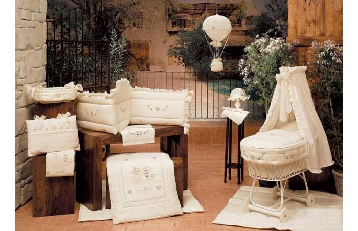 Одеяло BabyPiu Amore - одеяло из ткани пике 150х115 для кроваткиAmore - одеяло из ткани пике 150х115 для кроваткиКоллекция постельных принадлежностей Babypiu разработана и реализована по эксклюзивным дизайнам.  Комплект постельного белья Babypiu 4 времени годавыполнен из тканей первого сорта, отличается мягкостью для нежной кожи малыша.Ткань вышитый батист.  На одеялке кружева и вышивка.  На бортиках - три вышивки.  Высокое качество пошива белья от настоящих итальянских мастеров!<br>