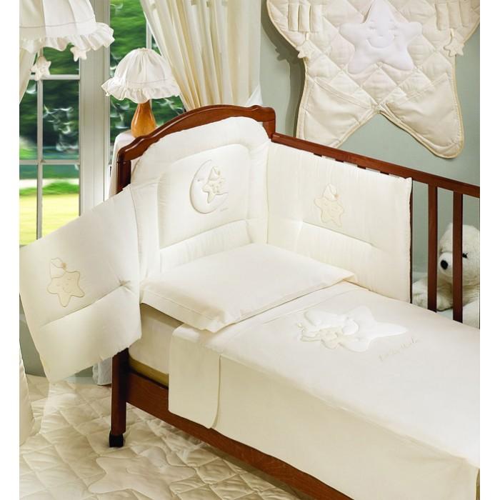 Комплект для кроватки Italbaby Petite Etoile (5 предметов)Petite Etoile (5 предметов)Petite Etoile: нежное бельё из гладкого атласного хлопка очень популярна в Европе. Великолепный сет из натуральных тканей с изысканным итальянским дизайном, наполнит уютом комнату Вашего малыша и подарит ему теплые и приятные сны. Сет может быть дополнен фирменными аксессуарами.  Основные характеристики: - комплекты разработаны с большой любовью и заботой - отличаются изысканным дизайном и качеством - оригинальная аппликация - месяц, баюкающий звёздочку - бельё сертифицировано, гипоаллергенно и полностью безопасно - можно стирать в стиральной машине (щадящий режим)  Материалы: - натуральная ткань - 100% хлопок - состав внутреннего наполнителя бортика - волокна полиэстера  В комплекте: - бампер, предохраняющий от ушибов о стенку кроватки, а также для защиты от сквозняков (трехсторонний) - одеяло стеганое - натяжная простыня для матраса - наволочка - пододеяльник  Размеры: - одеяло (шхд) 100х130 см - простыня для матраса (шхд) 65х125 см - наволочка для подушки (шхд) 40х60 см<br>
