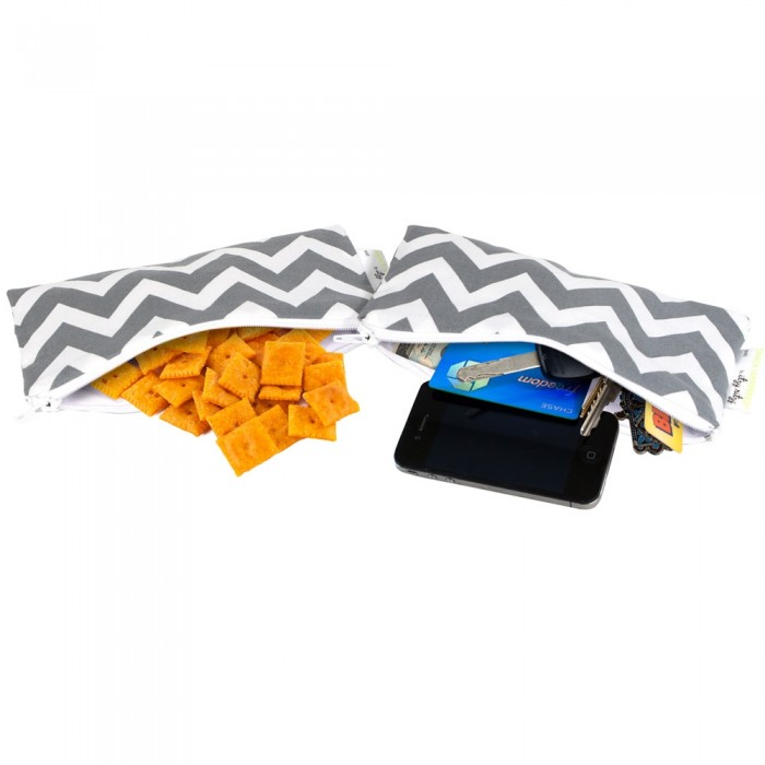 Itzy Ritzy Комплект сумочек для снеков Snack Happens Mini 2 шт.Комплект сумочек для снеков Snack Happens Mini 2 шт.Две мини-сумочки ланч боксы для перекусов Itzy Ritzy  • Продается набором из двух сумочек ланч боксов одинаковой расцветки • Рекомендовано FDA (Управление по санитарному надзору за качеством пищевых продуктов и медикаментов), не содержит свинца, ПВХ, бисфенола А • Размер 17.9х9 см  • Машинная стирка с вещами аналогичной расцветки, не отбеливать, сушить в подвешенном виде • Внешняя ткань – 100% хлопок • Застегивается на молнию • Внутри – не содержащая ПВХ водонепроницаемая подкладка • Новые оригинальные расцветки<br>