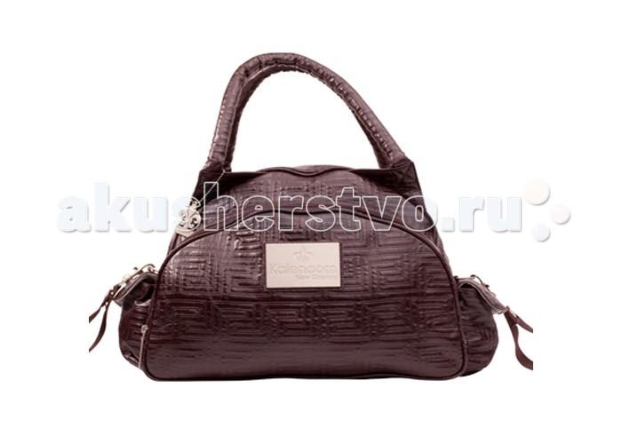 Kalencom Cумка Traveler Bag QuiltedCумка Traveler Bag QuiltedCумка для мамы Kalencom Traveler Bag- Quilted незаменимая помощница на прогулке, в путешествии. Сумка очень вместительна, удобна и многофункциональна, а дизайн не оставит равнодушной ни одну современную маму. Изготовлена из очень качественного материала.  Характеристика:  Сумка легко чистится Можно носить за две ручки Достаточное количество карманов и отделений, чтобы разложить все вещи и игрушки Регулирующийся плечевой ремень Легко крепится на коляске Застегивается на молнию.  В комплекте:  Регулирующийся ремень Сумочка для грязных вещей Контейнер для бутылочки Матрасик для пеленания.  Размер: 39x20x28 см<br>