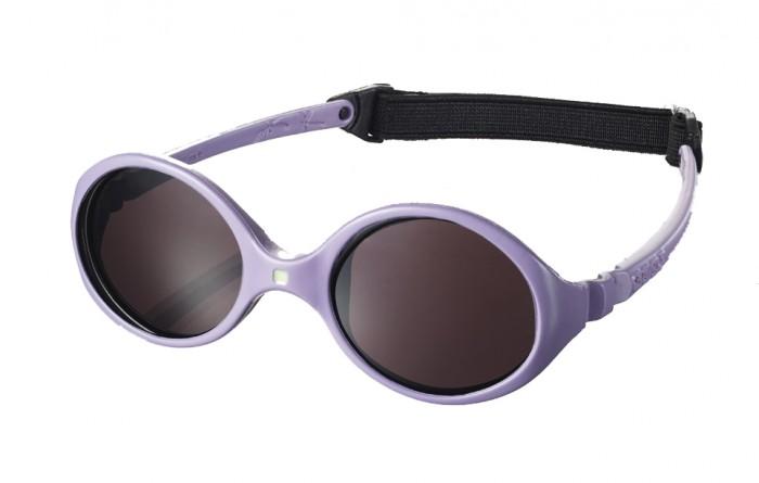 Солнцезащитные очки Ki ET LA Diabola 0-18 месDiabola 0-18 месУникальный продукт на рынке: двухсторонняя оправа двух размеров в одной модели! Гипоаллергенный эластомер без каких-либо креплений и отсоединяющихся частей, обеспечивающий максимальный комфорт. Круглые выпуклые линзы для защиты от ультрафиолетовых лучей. Максимальная защита от царапин, небьющиеся стёкла 4 категории защиты (100% UVA и UVB фильтры). Ширина лица 90 мм, ширина линз 32 мм.  Каждые очки комплектуются: • Мешочком из органического хлопка • Съёмной соединительной резинкой • Наклейкой • Инструкцией   Состав: оправа из гипоаллергенного эластомера, линзы из поликарбоната.   Солнцезащитные очки Ki ET LA разработаны во Франции специалистом в области детских солнцезащитных очков. Оправа идеально адаптирована к морфологии лица ребенка. 3 разных стиля и 4 размера для малышей от 0 до 4 лет. Высокое качество и безопасность используемых материалов. Возможность замены линз на диоптрические. Идеальны для слингоношения! Глазки малыша всегда защищены от ярких лучей солнца. Максимально комфортны! Дети любят их носить!!   100% защита 1.Ширина линз более 30 мм, что гарантирует лучшую защиту детских глаз, особенно в тех случаях, когда дети смотрят вверх (а делают они это постоянно) 2.Высшая 4-я степень защиты от УФ-лучей. Очки с такой степенью защиты подходят для горных и морских видов активности 3.Линзы изготовлены из высококачественного поликарбоната. Обладают повышенной устойчивостью к царапинам и ударам   100% безопасность 1.Ударопрочные линзы 2.Отсутствие мелких деталей и болтиков, которые дети могут проглотить 3.Гибкая неломающаяся оправа 4.Отсутствие длинного шнурка   100% комфорт 1.Легкая и мягкая оправа 2.Мягкие тонкие дужки, которые не травмируют ушки ребенка 3.Дети с удовольствием носят солнцезащитные очки Ki ET LA   100% экологичность 1.Оправа подлежит 100% переработке 2.Торговые стенды изготовлены из 100% перерабатываемого сырья 3.Сумочка для очков изготовлена из 100% органического хлопка<br>