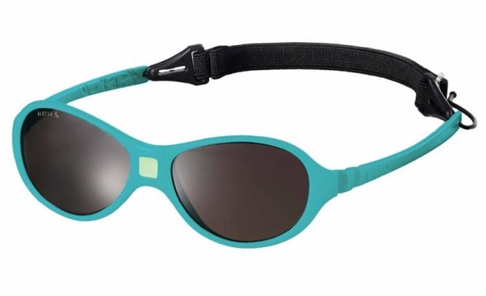 Солнцезащитные очки Ki ET LA Jokaki 1-2.5 летJokaki 1-2.5 летМодная оправа, специально разработанная для маленьких бесстрашных ислледователей.  Гипоаллергенный эластомер без каких-либо креплений и отсоединяющихся частей, обеспечивающий максимальный комфорт. Круглые выпуклые линзы для защиты от ультрафиолетовых лучей. Максимальная защита от царапин, небьющиеся стёкла 4 категории защиты (100% UVA и UVB фильтры). Ширина лица 100 мм, ширина линз 30 мм.  Каждые очки комплектуются: • Мешочком из органического хлопка • Съёмной соединительной резинкой • Наклейкой • Инструкцией   Состав: оправа из гипоаллергенного эластомера, линзы из поликарбоната.   Солнцезащитные очки Ki ET LA разработаны во Франции специалистом в области детских солнцезащитных очков. Оправа идеально адаптирована к морфологии лица ребенка. 3 разных стиля и 4 размера для малышей от 0 до 4 лет. Высокое качество и безопасность используемых материалов. Возможность замены линз на диоптрические. Идеальны для слингоношения! Глазки малыша всегда защищены от ярких лучей солнца. Максимально комфортны! Дети любят их носить!!   100% защита 1.Ширина линз более 30 мм, что гарантирует лучшую защиту детских глаз, особенно в тех случаях, когда дети смотрят вверх (а делают они это постоянно) 2.Высшая 4-я степень защиты от УФ-лучей. Очки с такой степенью защиты подходят для горных и морских видов активности 3.Линзы изготовлены из высококачественного поликарбоната. Обладают повышенной устойчивостью к царапинам и ударам   100% безопасность 1.Ударопрочные линзы 2.Отсутствие мелких деталей и болтиков, которые дети могут проглотить 3.Гибкая неломающаяся оправа 4.Отсутствие длинного шнурка   100% комфорт 1.Легкая и мягкая оправа 2.Мягкие тонкие дужки, которые не травмируют ушки ребенка 3.Дети с удовольствием носят солнцезащитные очки Ki ET LA   100% экологичность 1.Оправа подлежит 100% переработке 2.Торговые стенды изготовлены из 100% перерабатываемого сырья 3.Сумочка для очков изготовлена из 100% органического хлопка<br>