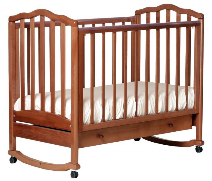 Детская кроватка Кубаньлесстрой АБ 19.1 Жасмин качалка с ящикомАБ 19.1 Жасмин качалка с ящикомОбратите внимание на идеальное сочетание цены и качества! Деревянная кроватка-качалка Жасмин от российского производителя компании Кубаньлесстрой - именно то, что нужно бережливым родителям, стремящимся дать своему ребенку только самое лучшее и безопасное.  Дерево - это самый лучший материал для детской кроватки, а бук и дуб превосходят другие виды древесины по плотности, долговечности и другим важным параметрам. Именно поэтому все кроватки Кубаньлесстрой выполнены из экологически чистого массива бука, покрытого абсолютно безвредным для деток лаком на водной основе.  Качественная кроватка растет вместе с малышом, и дизайнеры Кубаньлесстрой об этом позаботились. Три положения дна позволяют углубить кроватку по мере необходимости, боковая стенка также имеет три варианта высоты, а две съемные планки и опция съемной панели позволит подросшему малышу самостоятельно забираться в свою кроватку.  Родители также без сомнения оценят по достоинству такие необходимые мелочи, как силиконовые защитные накладки, изолированный ящик на роликовых направляющих и съемные колесики без фиксатора.   Характеристики: кроватка с ящиком (кроватка-качалка) три положения передней стенки  три уровня положения дна силиконовые защитные накладки съемная передняя стенка выдвижной ящик для белья безопасное расстояние между рейками 65 мм съемные колеса  2 съемные планки с передней стенки  полозья для качания внутренний размер ящика: 1162х415х115 мм<br>