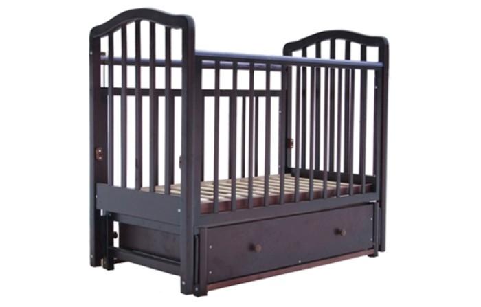 Детская кроватка Лаура 2 маятник продольный2 маятник продольныйКроватка детская Лаура-2 имеет стандартные компактные размеры. Производитель оснастил эту модель механизмом маятникового укачивания, что очень актуально для первых месяцев жизни Вашего малыша. Наличие фиксатора позволит избежать самопроизвольного раскачивания кроватки.   Кроватка детская Лаура-2 позволяет выбрать наиболее подходящее для детей и родителей положение ложа. Мамы оценят наличие объемного выдвижного ящика для детских вещей. Когда кроха подрастет, достаточно снять передний бортик, и кроватка превратится в уютный диванчик.  Характеристика: легка и компактна при транспортировке скругленные углы материал: массив березы покрытие: гипоаллергенные лаки может трансформироваться в диванчик два уровня ложа дно ортопедическое реечное выдвижной закрытый ящик снабжена маятниковым механизмом продольного качания с фиксатором внешние размеры: 127х67х110 см размер спального места: 120х60 см<br>